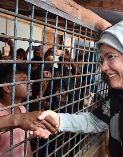 Emine Erdoğan, Bangladeş'e sığınan Arakanlı müslümanlara yardım dağıttı