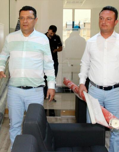 CHP'li vekil poster ve bayrakla Milli Eğitim Müdürü'nün makamına girdi