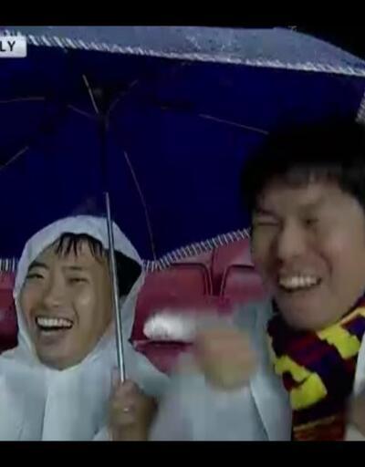 Pique kırmızı kart görünce sevinçten çıldıran iki Barcelona taraftarı!