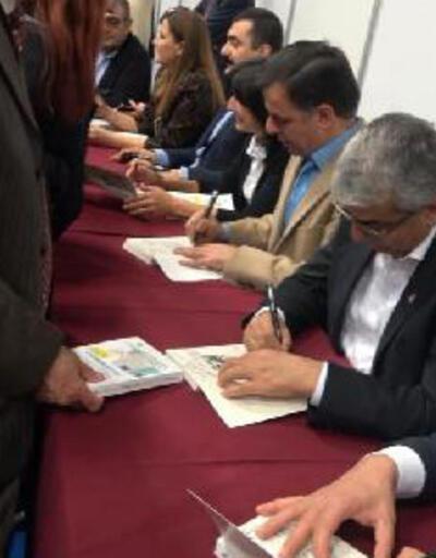 CHP'li vekiller, Enis Berberoğlu'nun kitabını imzaladı