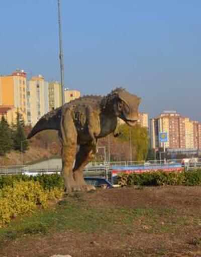Melih Gökçek'in dinozoru da kaldırıldı