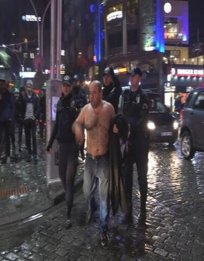 Yağmurlu havada soyundu, şehir meydanını birbirine kattı