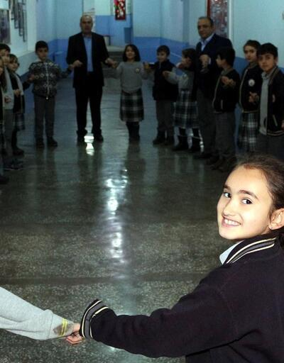 """Erzurum'un soğuğuna okulda """"halaylı"""" teneffüs çözümü"""