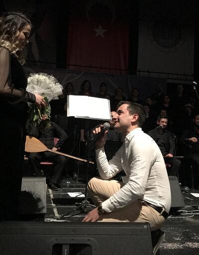 Koroda flüt çalan kadına sahnede büyük sürpriz