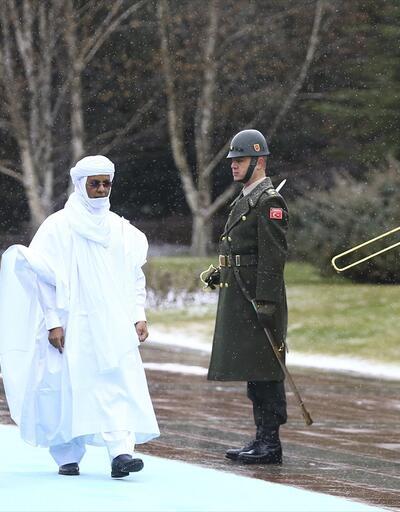 Başbakan Yıldırım karşıladı yerel kıyafetiyle dikkat çekti