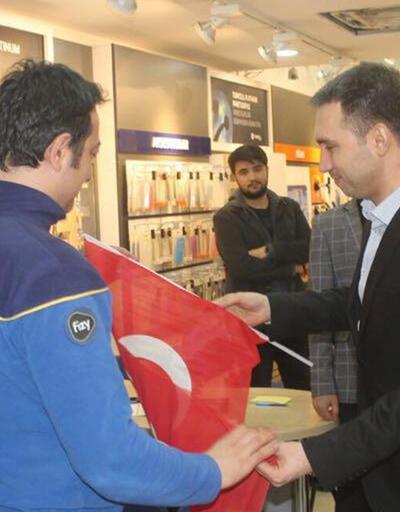 Ülkü Ocaklarından esnafa Türk bayrağı dağıttı