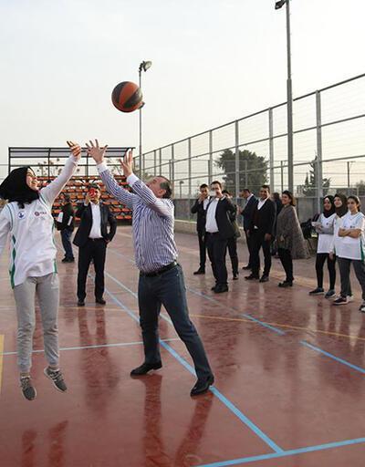 Bakan Bak, Filistinli gençlerle basketbol ve futbol oynadı