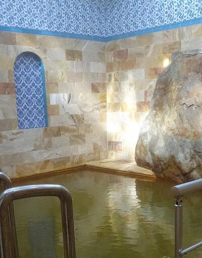 Hamamın havuzundaki devasa kaya ilgi odağı