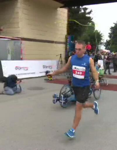 İp atlayarak 42 kilometre koştu