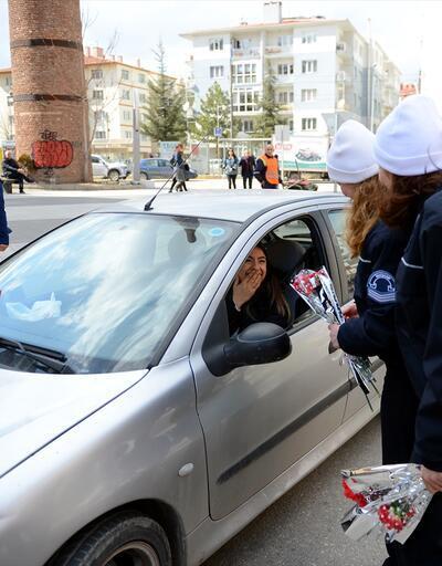 Kadın polislerden kadın sürücülere karanfil