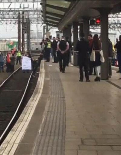 Terör örgütü PKK yandaşları İngiltere'de tren istasyonunu işgal etti