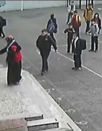 Çocuğunu uyaran öğretmene okul bahçesinde tekme tokat saldırdı