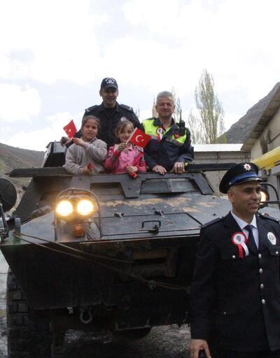 Beytüşşebap'ta polis çocukları zırhlı araçlarla gezdirdi