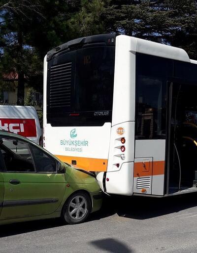 Belediye otobüsü ile otomobil çarpıştı