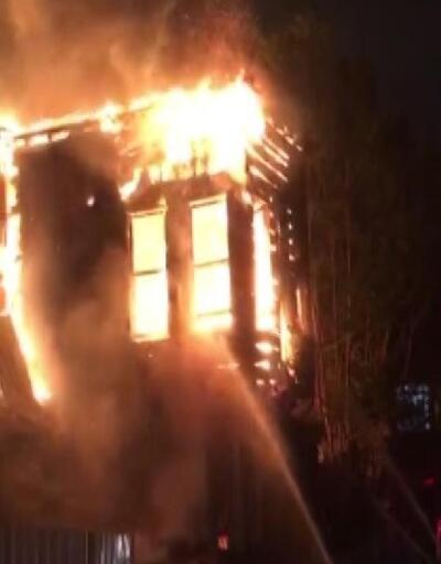 İstanbul'da ahşap ev alev alev yandı