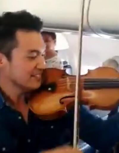 Dünyaca ünlü sanatçı yolcuları böyle sakinleştirdi