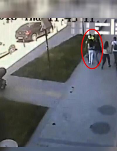 Taksim'de yürüyen kadına saldırdı!