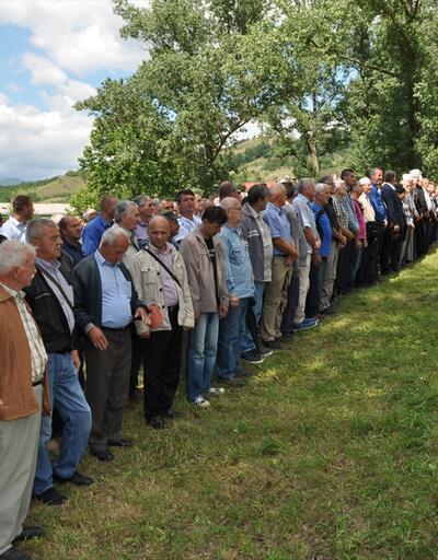 Bosna Savaşı'nda öldürülenler için Drina Nehri'ne gül bırakıldı