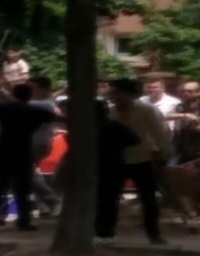 Zabıtalar ile seyyar satıcıların kavgasını polis havaya ateş açıp durdurdu