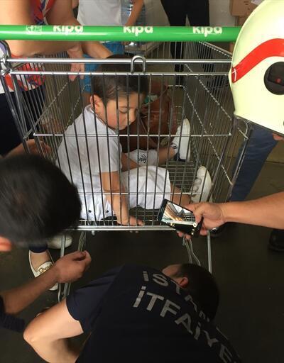 3 yaşındaki çocuğun parmakları alışveriş sepetine sıkıştı