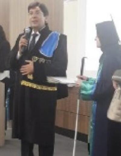 Görme engelli öğrencinin annesi de 'fahri mezun' oldu