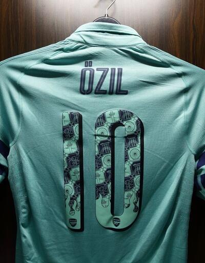 Mesut Özil Arsenal kaptanı olarak sahada
