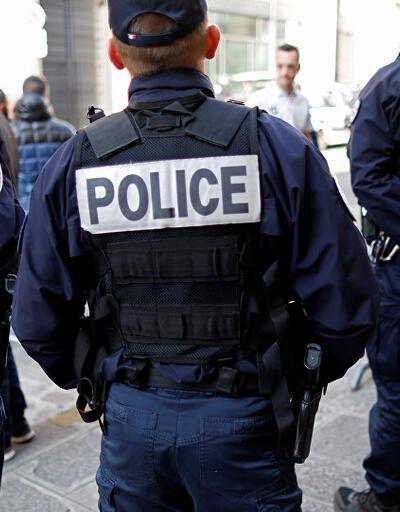 Fransa'da polis şiddeti: Bar sahibine ayağını öptürdü