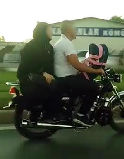 Motosiklette bebekle tehlikeli yolculuk
