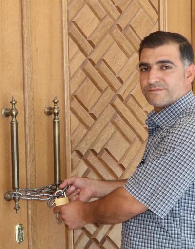 Hırsızlıktan bıkan cemaat caminin kapısına zincir vurdu