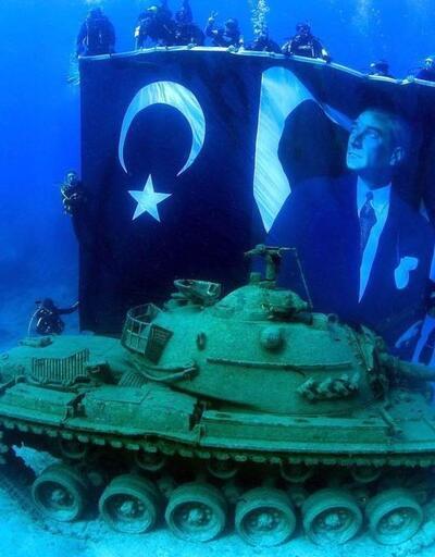 Denize batırılan 45 tonluk tankta 'Zafer' pozu