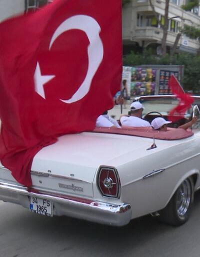 İstanbul'da klasik otomobillerden zafer konvoyu