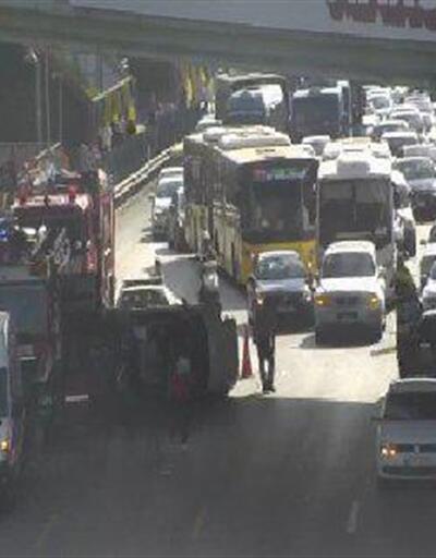 Kadıköy'de otomobil takla attı: 2 yaralı