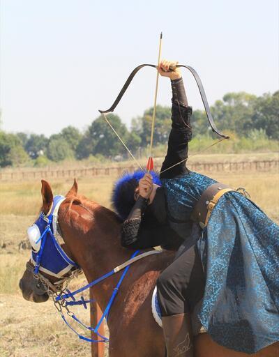 18 yaşındaki Melike at sırtında yayıyla nefes kesiyor