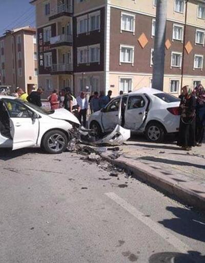 Kazada savrulan otomobilin kaldırımda çarptığı 2 çocuk yaralandı