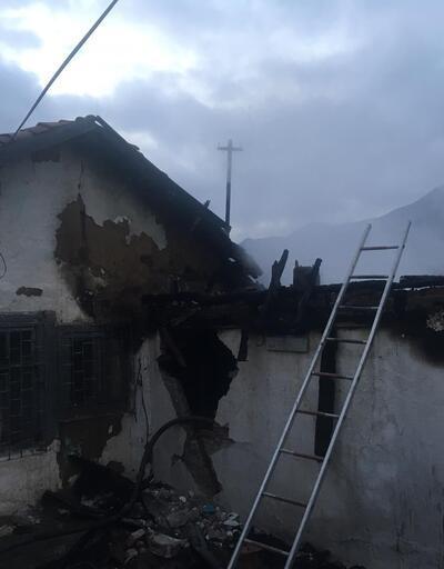 Amasya'da iki katlı ev yandı