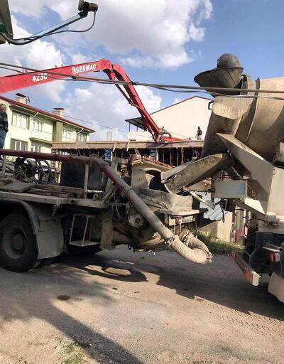 Beton pompası borusunun çarptığı işçinin ayaklarında kırık