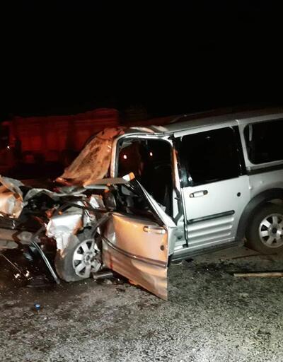 Hafif ticari araç kamyona çarptı: Baba öldü, eşi ve çocukları yaralandı