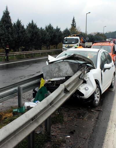Otomobil bariyere çarptı: Sürücü ve kızı yaralı