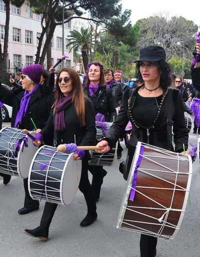 Kadınlar şiddeti davulla, kefenle protesto etti