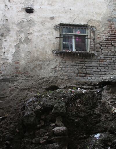 Eski binanın temelinden tarihi mezar çıktı