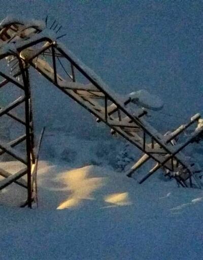 Antalya Saklıkent'teki yoğun kar yağışı elektrik direklerini devirdi