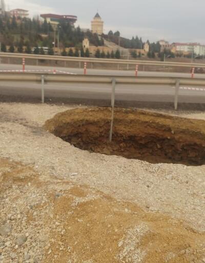 Toprak çöktü, 20 metrelik dev çukur oluştu