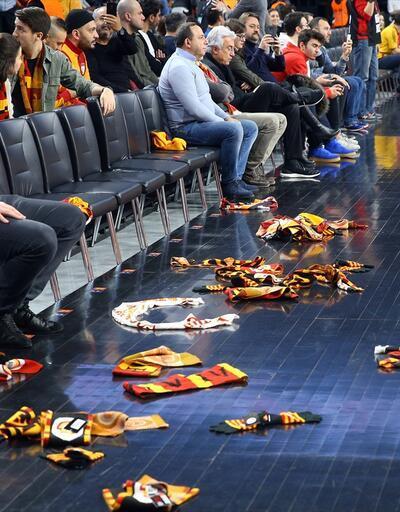 Galatasaray taraftarları sahaya bere ve atkı yağdırdı