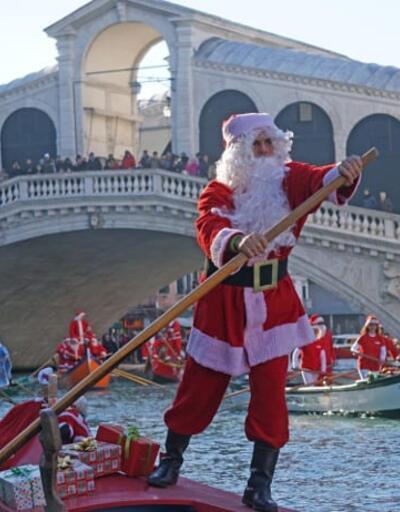 Venedik kanallarında gondolcuların Noel Baba gösterisi