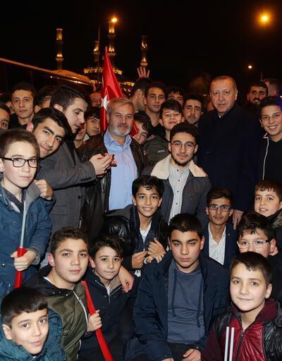 Erdoğan, Külliye'deki tiyatro sonrası öğrencilerle sohbet etti