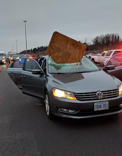 Otobanda seyreden otomobilin camına levha düştü
