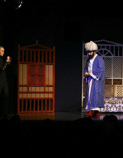 İşitme engelliler için işaret diliyle tiyatro gösterisi