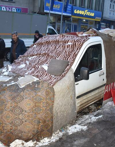 Araçlarını halı ve battaniyeyle koruyorlar