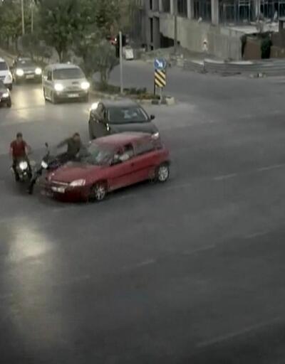 Savrulan motorcular kazayı ucuz atlattı
