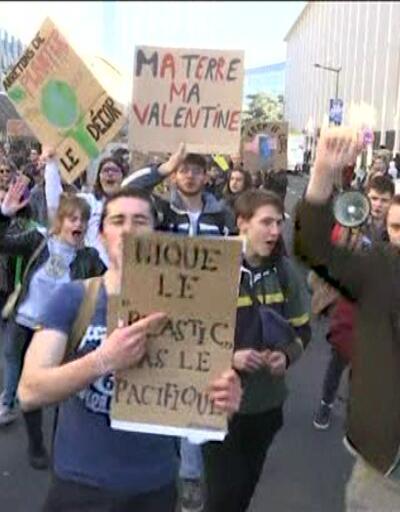 Brüksel'de öğrenciler iklim değişikliğine karşı yürüdü